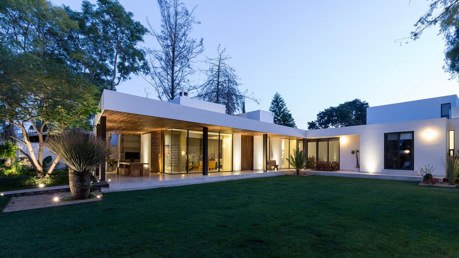 Casa l 1960s mexican house is transformed into an elegant for Casa moderna l