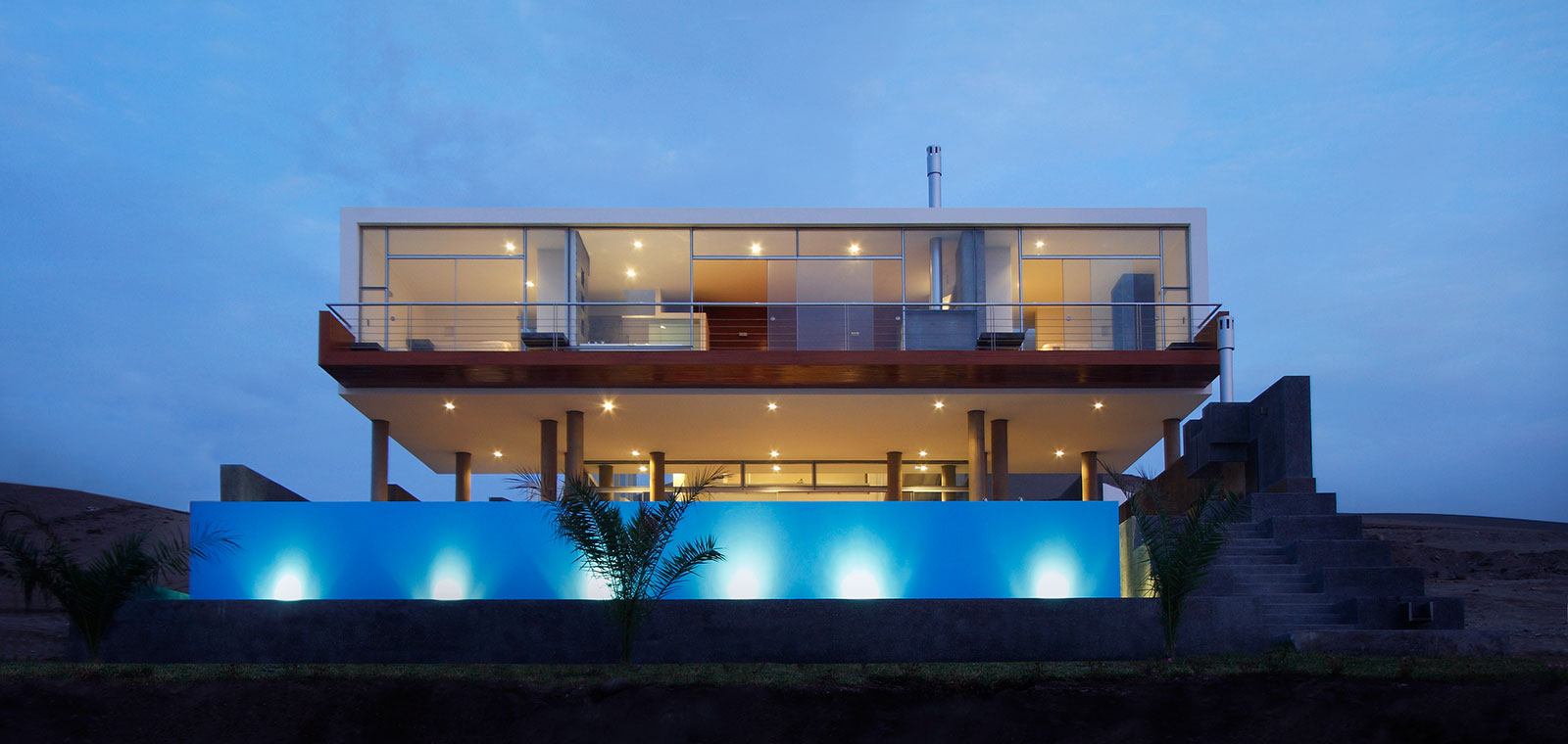 Contemporary beach house in Lima Peru with infinity pool by Longhi Architects