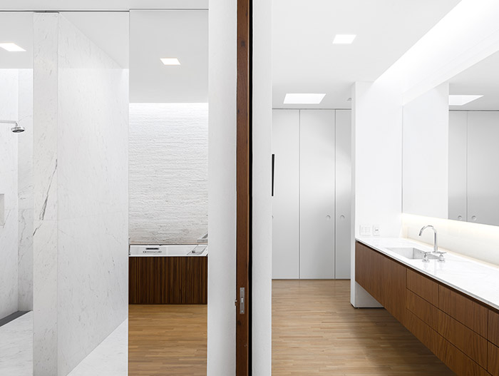 Tetris House - Modern white bathroom