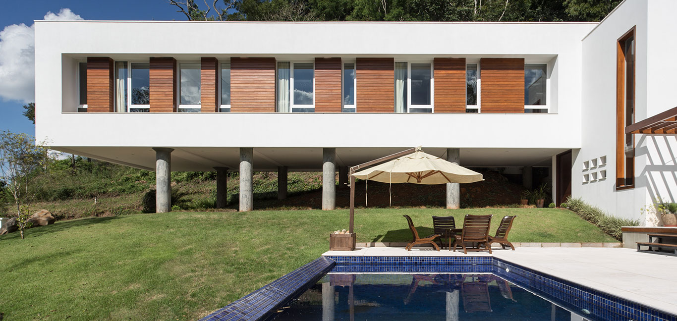 Amazing pool and floating volume of Brazilian home by Basso Engenharia