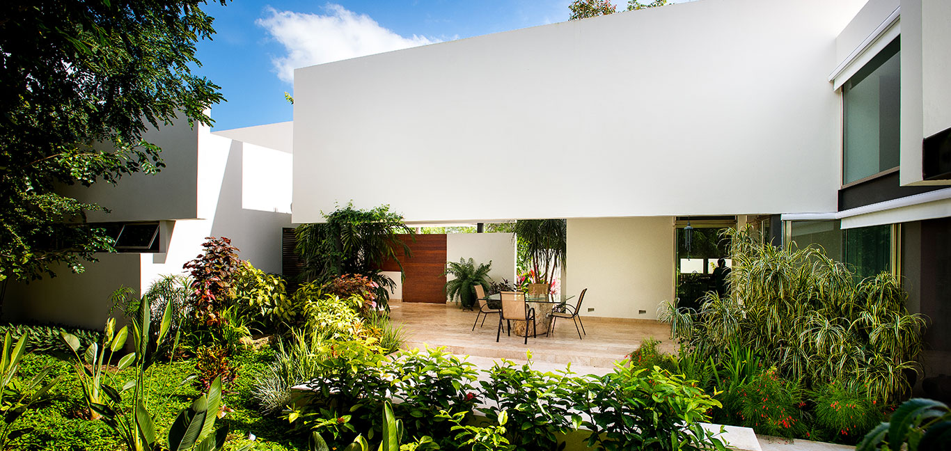 Spectacular outdoor area in award-winning house in Mexico by Seijo Peon Arquitectos