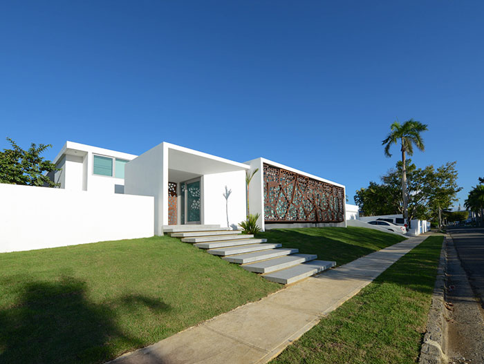 Gardenia 1691 by Díaz Paunetto Arquitectos - entrance to luxury villa in Puerto Rico