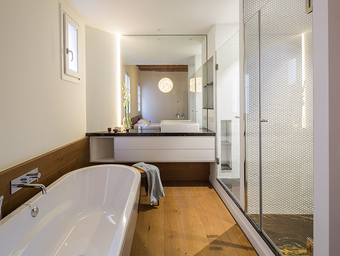 Modern bathroom design idea in a stunning apartment located in Barcelona