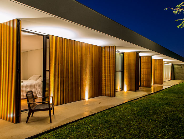 Modern bedroom design idea in a single-family house near Sao Paulo inspired by Brazilian modernism - by mf+arquitetos