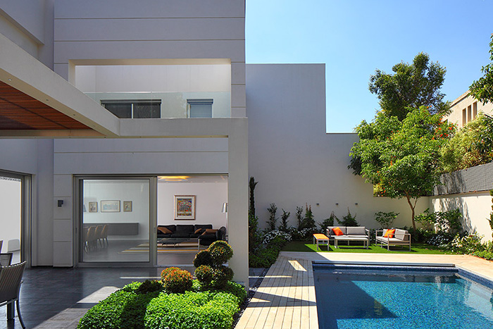 Modern exterior of a bright and cozy family home in Israel by Blumenfeld Moore Architects