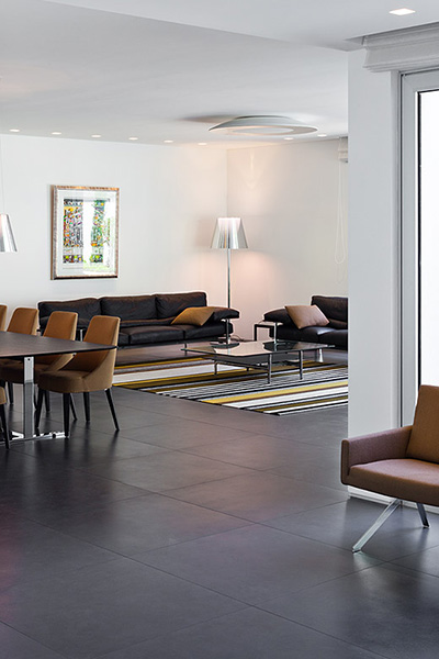 Modern living room design idea in a bright and cozy family home located in Israel by Blumenfeld Moore Architects