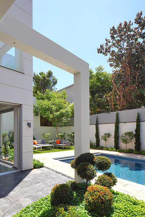 Modern exterior of a bright, cozy family home by Blumenfeld Moore Architects