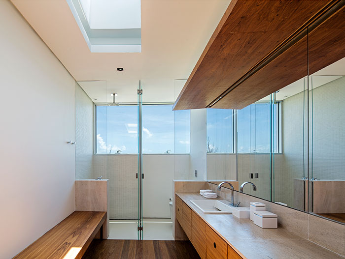 Modern bathroom in stunning beach house in Brazil by Studio Arthur Casas