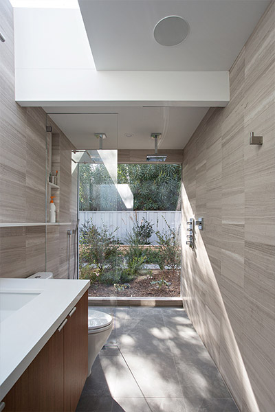 Modern bathroom design in Silicon Valley house by Klopf Architecture
