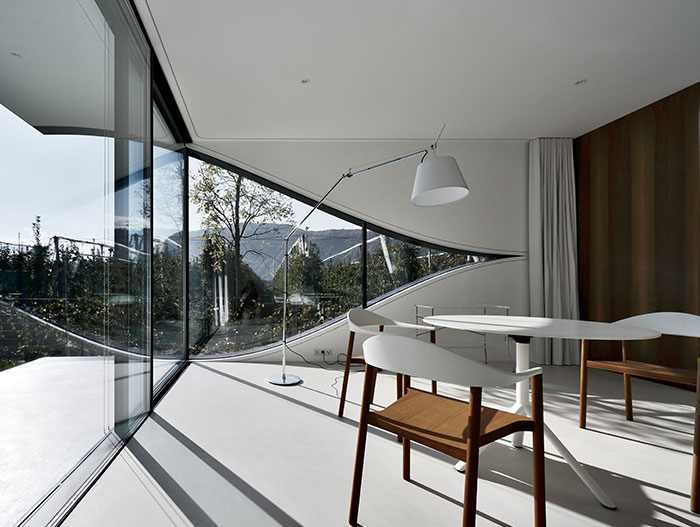 Modern interior design in stunning contemporary vacation homes in Italy