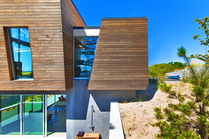 Contemporary beach house with stunning views of the Cape Cod Bay, Massachusetts by Hariri & Hariri Architecture