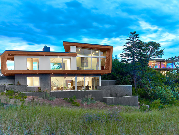 Contemporary beach house by Hariri & Hariri Architecture - the home is located in Cape Cod, a few steps away from a masterwork of 20th century architecture