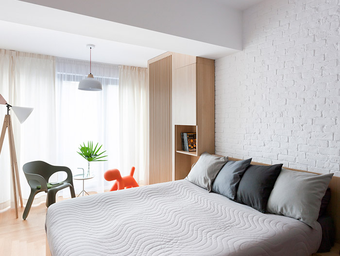 Modern bedroom design idea in a stylish, functional apartment in Bucharest by Rosu-Ciocodeica