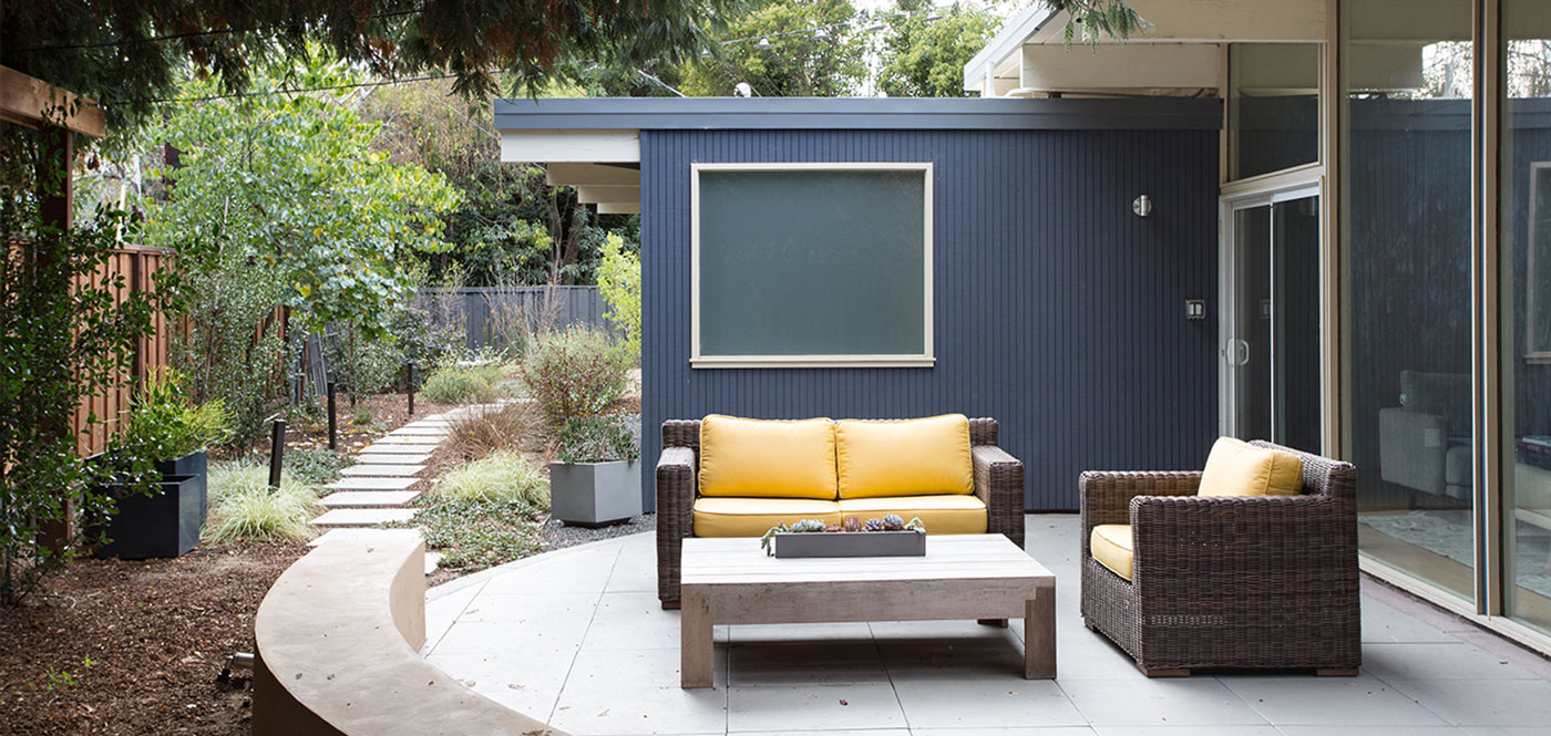 Modern patio and terrace in classic Eichler house that gets chic look