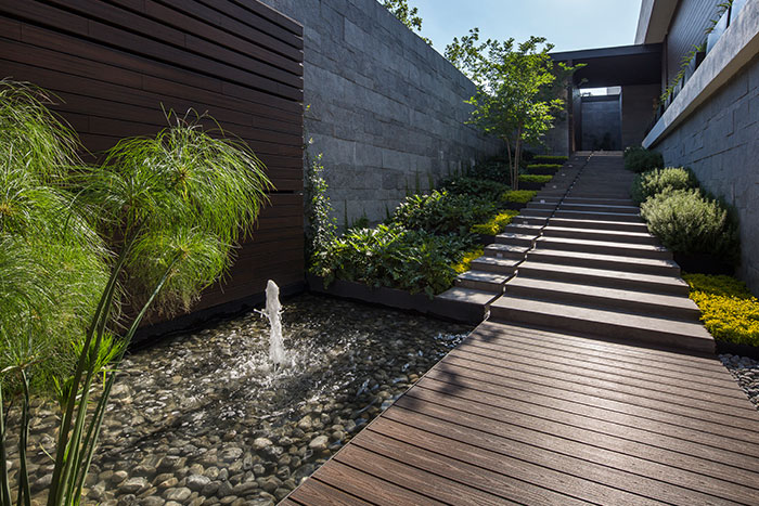 Modern entrance to breathtaking house by GLR arquitectos