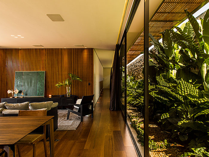 Single-family house near Sao Paulo, Brazil with beautiful garden by mf+arquitetos