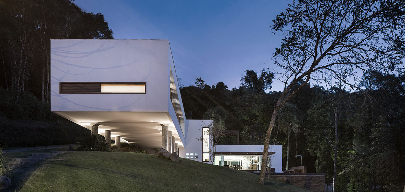 Spectacular contemporary cantilevered house in Brazil with sustainable features to minimize its environmental footprint