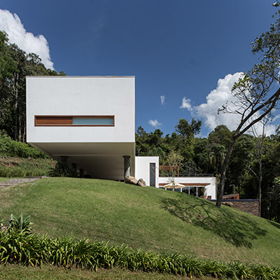 Spectacular Brazilian home with floating volume and sustainable features by Basso Engenharia