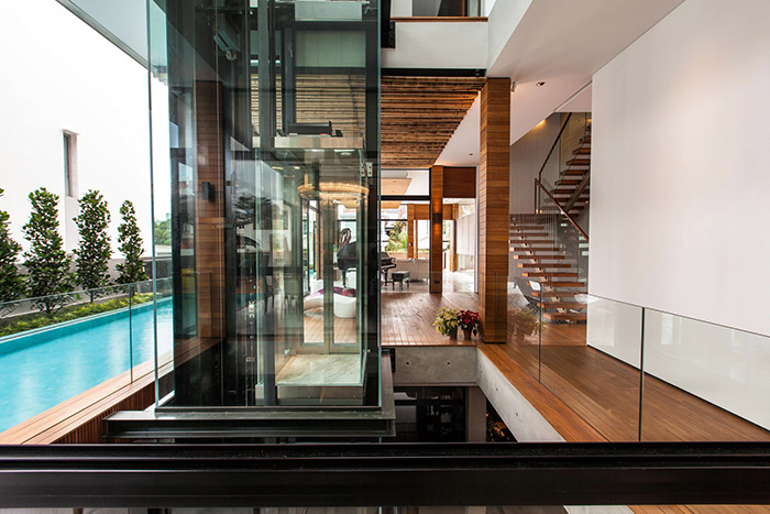 Staircase in luxury house in East Singapore by Aamer Architects