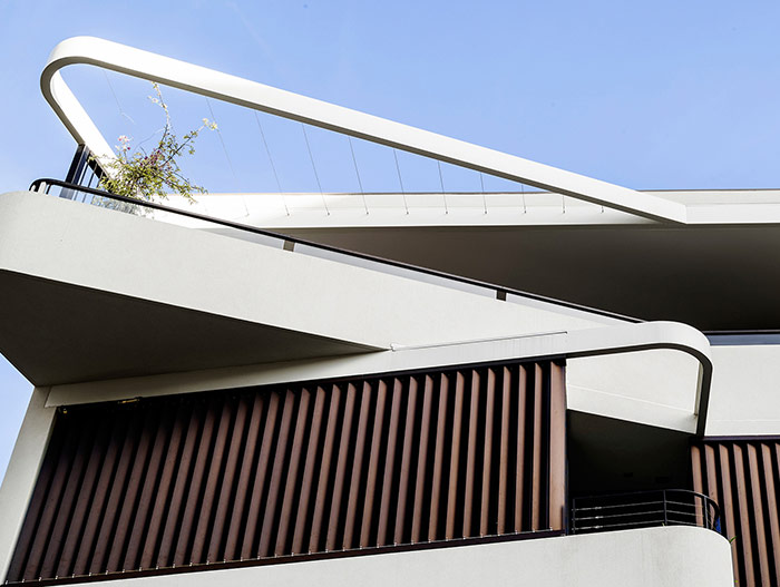 Stunning exterior of a dwelling with two apartments in Sydney by Luigi Rosselli Architects