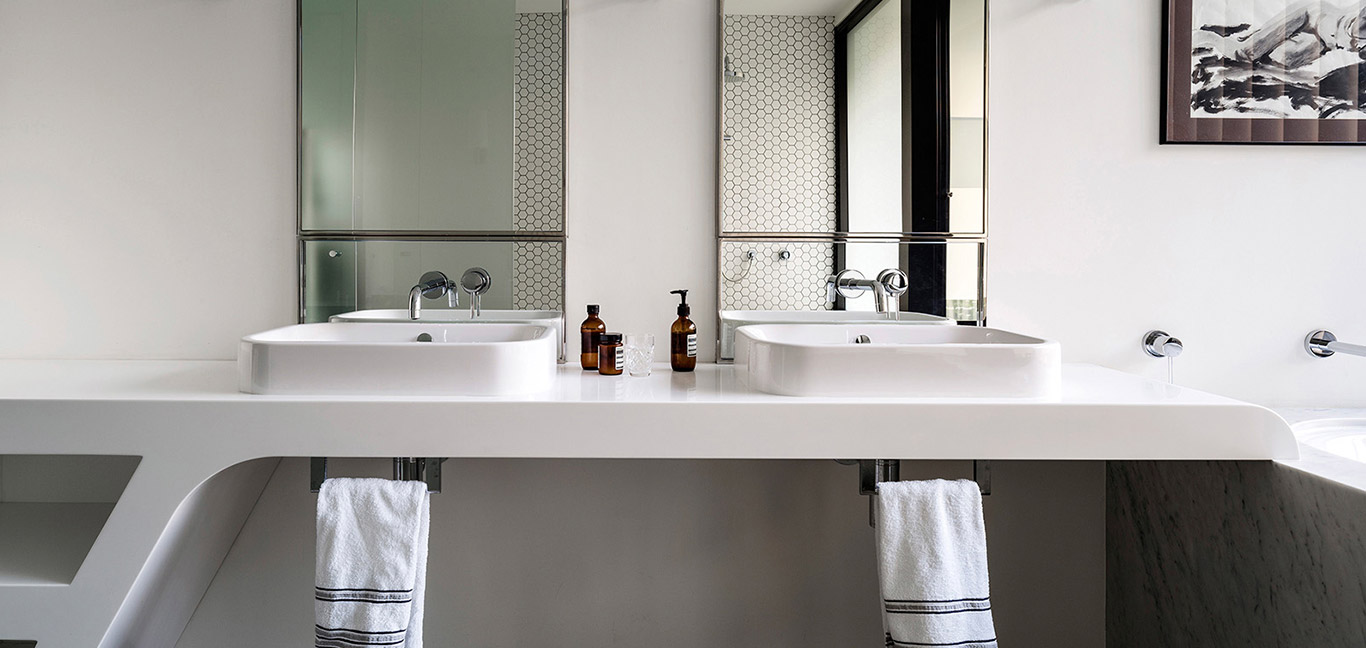 Contemporary bathroom design idea in a stunning dwelling composed of 2 apartments - located in Sydney, Australia
