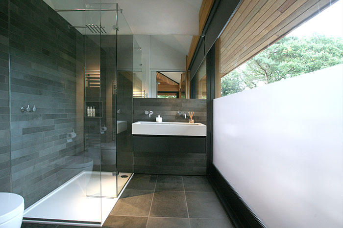 Cedarwood by Nicolas Tye Architects Bathroom