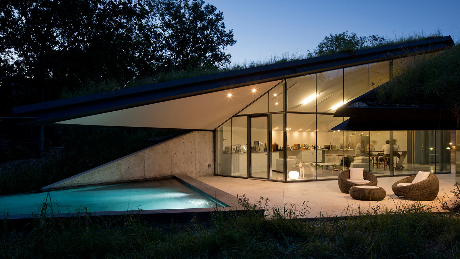 Edgeland Residence: A Futuristic House With A Smart Pool