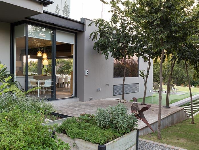 Spacious Contemporary Farmhouse With Beautiful Garden