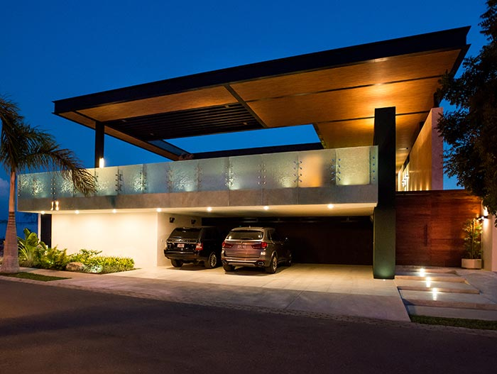 Amazing house with impressive pool above garage by Seijo Peon Arquitectos y Asociados