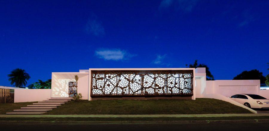 Award-winning Puerto Rican villa wrapped in sculptural steel screen by Díaz Paunetto Arquitectos