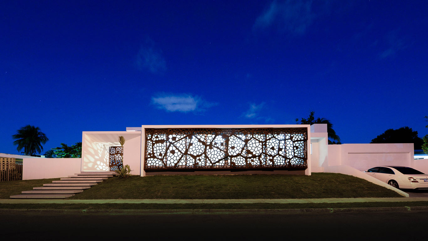 Award-winning Puerto Rican villa wrapped in sculptural steel screen by Díaz Paunetto Arquitectos