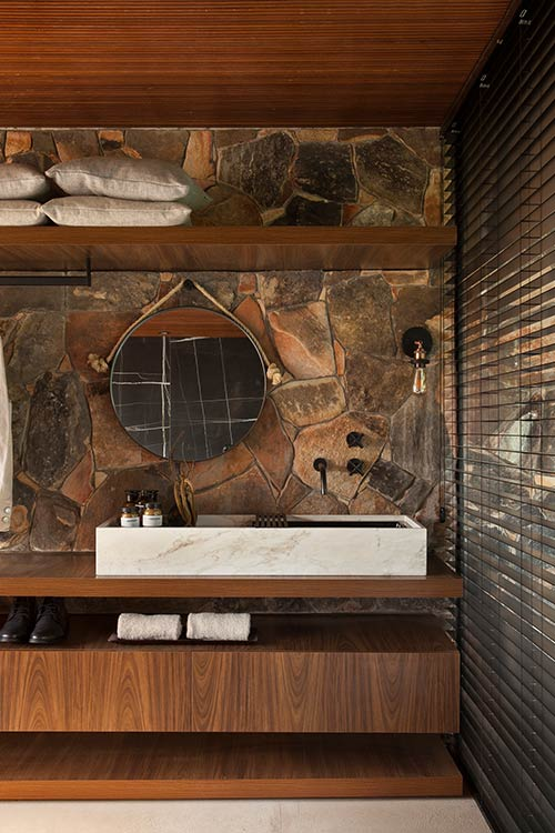 Collector's Nook by mf+arquitetos: Bathroom design idea in a contemporary Brazilian house for an art lover owner