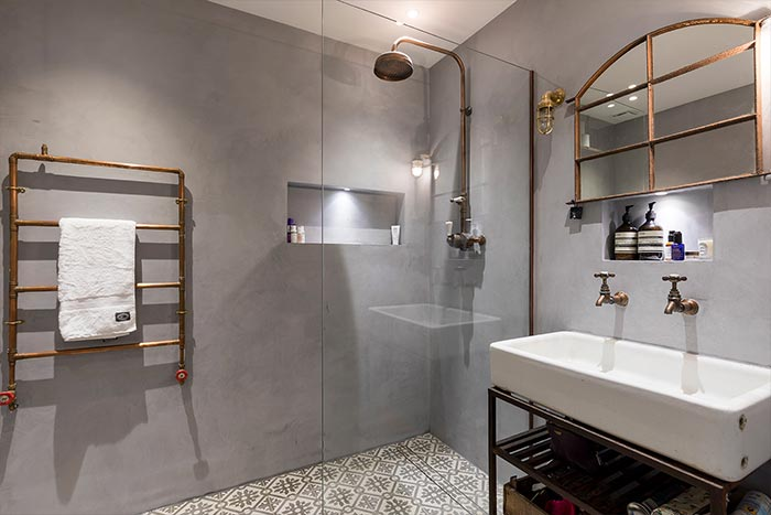 Industrial bathroom design idea in a renovated penthouse located in London
