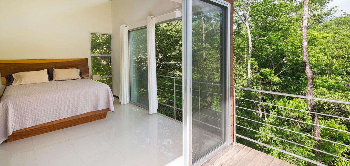 Cozy bedroom design idea in amazing suspended house close to nature - by Indigo Arquitectura