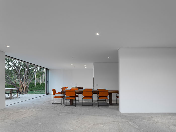 Modern interior design in Casa Itu by Studio Arthur Casas