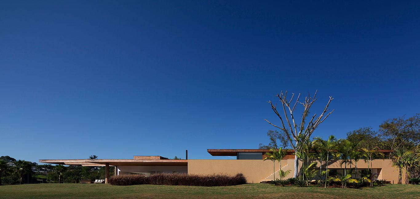 Modern Brazilian architecture displayed in Casa Itu by Studio Arthur Casas