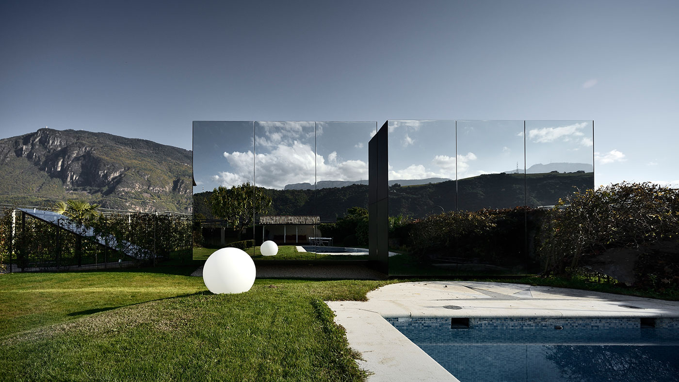 Contemporary architecture at its best: These amazing mirror houses are some of best vacation homes in Italy that you can book today