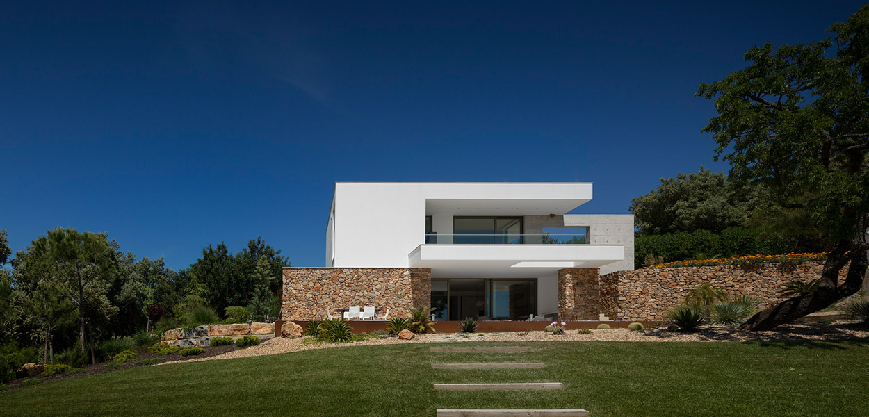 Contemporary villa in Lagos, Portugal by Mario Martins Atelier