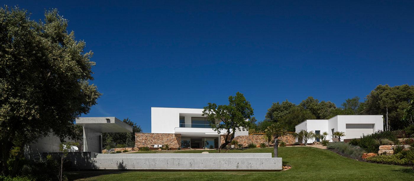 Contemporary villa in Portugal by Mario Martins Atelier