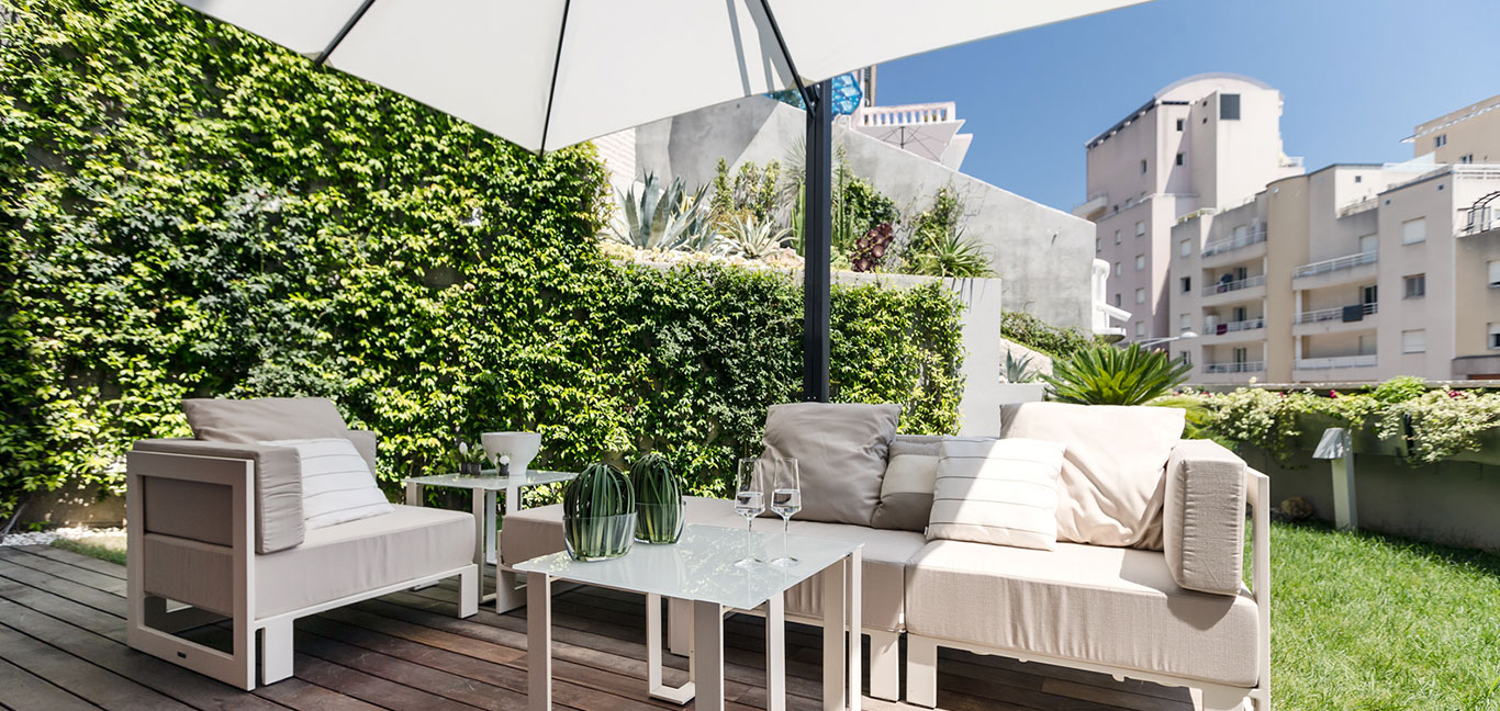Dazzling apartment near Monaco makes for a great summer retreat for holidays on the French Riviera - Gorgeous outdoor lounge area designed by NG-Studio