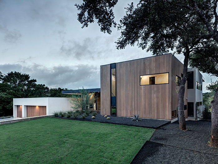 Designed by Matt Fajkus Architecture, this dazzling Bracketed Space House in Austin, Texas lets the family enjoy an indoor-outdoor lifestyle