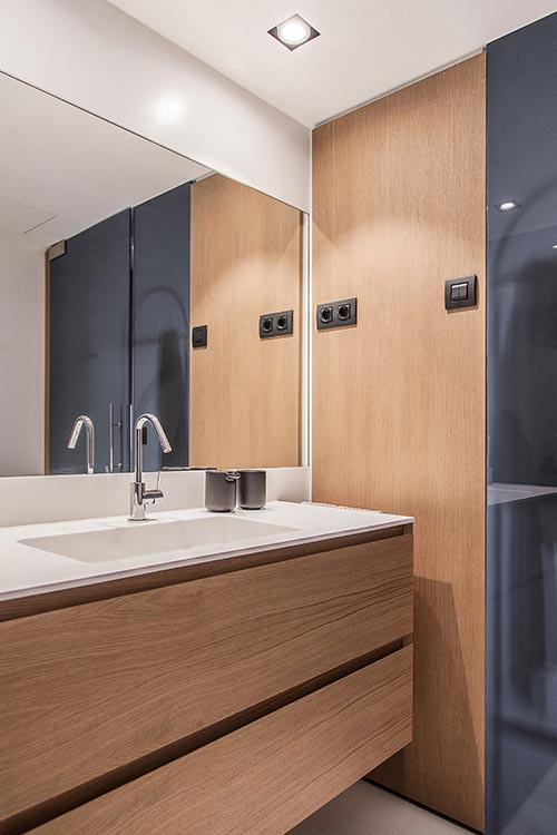 Small bathroom idea in a renovated one-bedroom home located in Barcelona, Spain - Llull apartment by YLAB Arquitectos