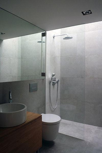 Small bathroom design idea in a light-filled, low-energy house in Vienna, Austria by Architekt Zoran Bodrozic