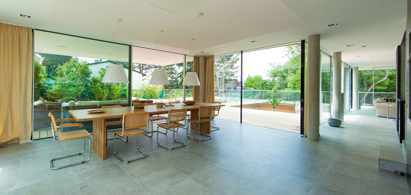Modern dining room design in a light-filled, low-energy house in Vienna, Austria by Architekt Zoran Bodrozic