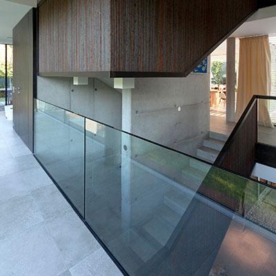 Modern staircase design idea in a light-filled, low-energy house in Vienna, Austria by Architekt Zoran Bodrozic