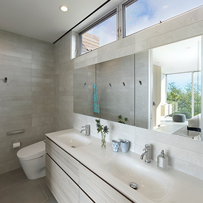 Modern bathroom design in New York house by Stelle Lomont Rouhani Architects