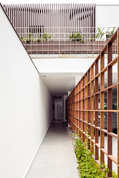 Entrance to modern AA House in Sao Paulo, Brazil by Pascali Semerdjian Architects