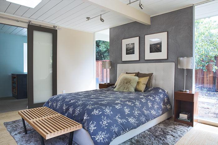 Modern bedroom in Palo Alto California indoor-outdoor house