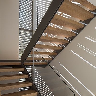 Modern staircase in Lantern House by Feldman Architecture