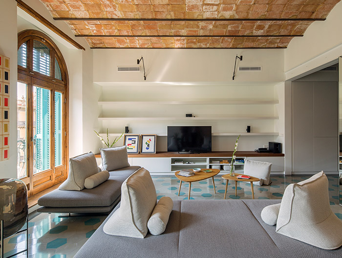 Stunning apartment with open-space living room and kitchen design - located in Barcelona and designed by Nook Architects